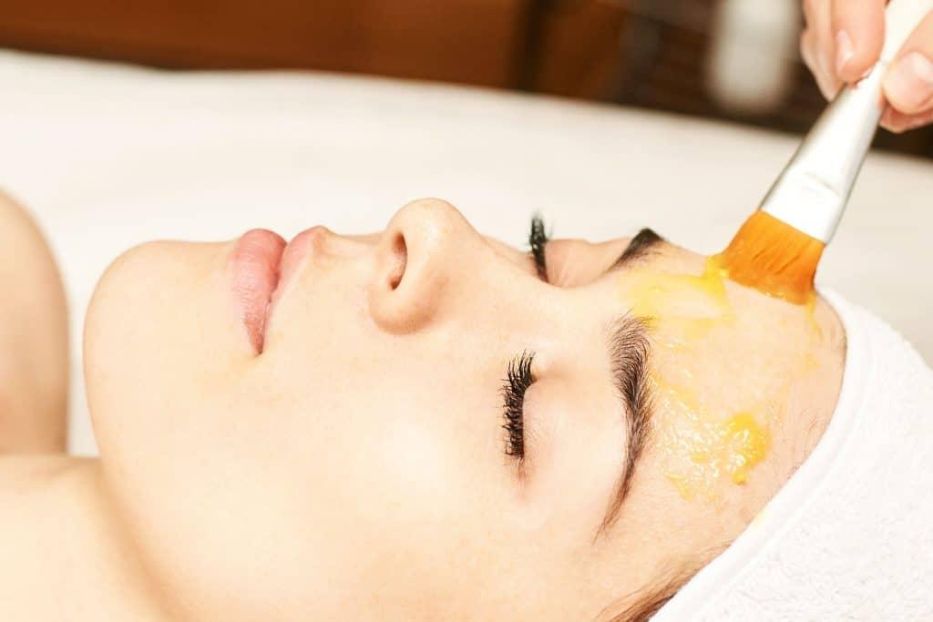 Hautnah Behandlung: Fruchtsäurepeeling